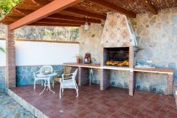 Зона барбекю / Мангал. Испания, Фрихильяна : Традиционная испанская вилла расположенная на возвышенности что дает отличный вид на долину и горы, есть 3 спальни, 2 ванные комнаты и частный бассейн