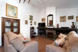 Гостиная / Столовая. Испания, Фрихильяна : Традиционная испанская вилла расположенная на возвышенности что дает отличный вид на долину и горы, есть 3 спальни, 2 ванные комнаты и частный бассейн