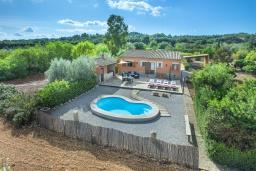 Вид на виллу/дом снаружи. Испания, Кампанет : Уютный средиземноморский коттедж в нескольких минутах езды от живописной деревни Кампанет и прекрасных пляжей с красивым садом, бассейном и тенистой террасой, 2 спальни, 2 ванные комнаты, Wi-Fi.
