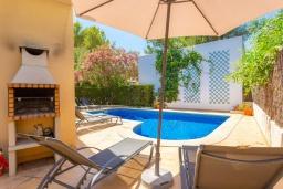 Зона барбекю / Мангал. Испания, Алькудия : Уютная комфортабельная вилла для отдыха на острове Менорка, 4 спальни, 3 ванные комнаты и частным бассейном.