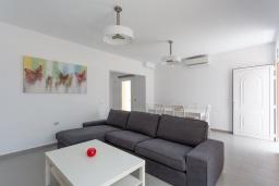 Гостиная / Столовая. Испания, Фуэртевентура : Яркая вилла с минималистичным интерьером в светлых тонах, с 3 спальнями, 3 ванными комнатами и собственным бассейном с подогревом.