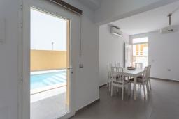 Обеденная зона. Испания, Фуэртевентура : Яркая вилла с минималистичным интерьером в светлых тонах, с 3 спальнями, 3 ванными комнатами и собственным бассейном с подогревом.