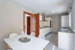 Кухня. Испания, Фуэртевентура : Яркая вилла с минималистичным интерьером в светлых тонах, с 3 спальнями, 3 ванными комнатами и собственным бассейном с подогревом.