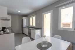 Кухня. Испания, Фуэртевентура : Очаровательная вилла с минималистичным интерьером в серых тонах, с 3 спальнями, 3 ванными комнатами и собственным бассейном с подогревом.
