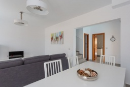 Гостиная / Столовая. Испания, Фуэртевентура : Красивая комфортабельная с стильным интерьером, с 3 спальнями, 3 ванными комнатами и собственным бассейном с подогревом.