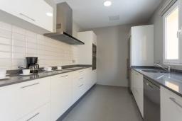 Кухня. Испания, Фуэртевентура : Красивая комфортабельная с стильным интерьером, с 3 спальнями, 3 ванными комнатами и собственным бассейном с подогревом.
