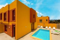 Вид на виллу/дом снаружи. Испания, Фуэртевентура : Современная вилла с красивым комфортабельным интерьером, с 3 спальнями, 3 ванными комнатами и собственным бассейном с подогревом.