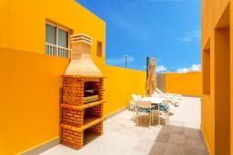 Зона барбекю / Мангал. Испания, Фуэртевентура : Современная вилла с красивым комфортабельным интерьером, с 3 спальнями, 3 ванными комнатами и собственным бассейном с подогревом.