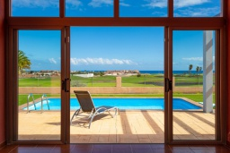 Вид на море. Испания, Фуэртевентура : Очаровательная вилла для отдыха на испанском острове, с 3 спальнями, 3 ванными комнатами, а также отдельным бассейном с подогревом, бассейном и видом на море.