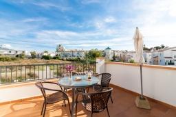 Терраса. Испания, Нерха : Двухуровневый апартамент в комплексе с бассейном, с гостиной, двумя спальнями и террасой