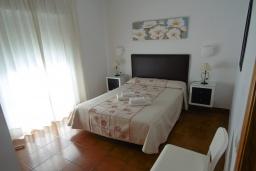 Спальня. Испания, Нерха : Двухуровневый апартамент в комплексе с бассейном, с гостиной, двумя спальнями и террасой