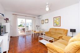 Гостиная / Столовая. Испания, Нерха : Двухуровневый апартамент в комплексе с бассейном, с гостиной, двумя спальнями и террасой