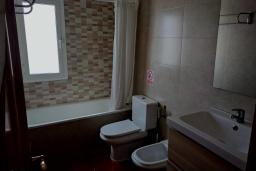 Ванная комната. Испания, Нерха : Двухуровневый апартамент в комплексе с бассейном, с гостиной, двумя спальнями и террасой