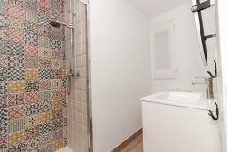 Ванная комната. Испания, Нерха : Современный апартамент в 150 метрах от пляжа, с гостиной и двумя спальнями