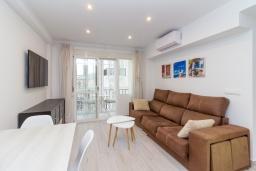 Гостиная / Столовая. Испания, Нерха : Современный апартамент в 150 метрах от пляжа, с гостиной, двумя спальнями, двумя ванными комнатами и балконом