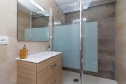 Ванная комната. Испания, Нерха : Современный апартамент в 150 метрах от пляжа, с гостиной, двумя спальнями, двумя ванными комнатами и балконом