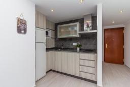 Кухня. Испания, Нерха : Современный апартамент в 150 метрах от пляжа, с гостиной, двумя спальнями, двумя ванными комнатами и балконом