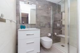 Ванная комната 2. Испания, Нерха : Современный апартамент в 150 метрах от пляжа, с гостиной, двумя спальнями, двумя ванными комнатами и балконом