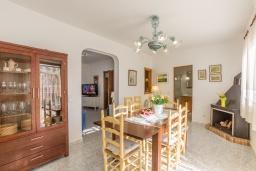 Гостиная / Столовая. Испания, Алькудия : Пляжная вилла в средиземноморском стиле в районе Баркарес, всего в нескольких минутах езды на автомобиле от Алькудии, с собственным бассейном и садом, 3 спальни, 2 ванные комнаты, бесплатный Wi-Fi.