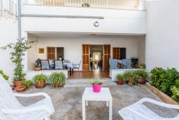 Обеденная зона. Испания, Алькудия : Пляжная вилла в средиземноморском стиле в районе Баркарес, всего в нескольких минутах езды на автомобиле от Алькудии, с собственным бассейном и садом, 3 спальни, 2 ванные комнаты, бесплатный Wi-Fi.