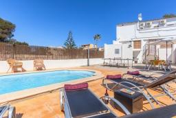Зона отдыха у бассейна. Испания, Алькудия : Пляжная вилла в средиземноморском стиле в районе Баркарес, всего в нескольких минутах езды на автомобиле от Алькудии, с собственным бассейном и садом, 3 спальни, 2 ванные комнаты, бесплатный Wi-Fi.