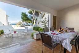 Терраса. Испания, Алькудия : Пляжная вилла в средиземноморском стиле в районе Баркарес, всего в нескольких минутах езды на автомобиле от Алькудии, с собственным бассейном и садом, 3 спальни, 2 ванные комнаты, бесплатный Wi-Fi.