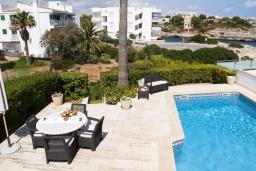 Бассейн. Испания, Порто Колом : Очаровательная трехэтажная вилла с видом на море и пляж, с 4 спальнями, 4 ванными комнатами и собственным бассейном.