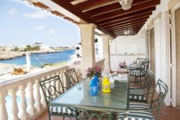 Терраса. Испания, Порто Колом : Очаровательная трехэтажная вилла с видом на море и пляж, с 4 спальнями, 4 ванными комнатами и собственным бассейном.