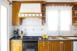 Кухня. Испания, Порто Колом : Очаровательная трехэтажная вилла с видом на море и пляж, с 4 спальнями, 4 ванными комнатами и собственным бассейном.