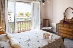 Спальня. Испания, Порто Колом : Очаровательная трехэтажная вилла с видом на море и пляж, с 4 спальнями, 4 ванными комнатами и собственным бассейном.
