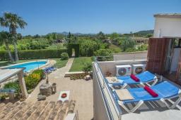 Балкон. Испания, Порт-де-Польенса : Эксклюзивная вилла в великолепной сельской местности недалеко от порта Полленса с большим бассейном с шезлонгами, со средиземноморским садом с барбекю и патио, 3 спальни с кондиционером, 2 ванные комнаты, бесплатный Wi-Fi.