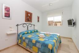 Спальня. Испания, Нерха : Прекрасный апартамент в 150 метрах от пляжа в комплексе с бассейном, с гостиной, двумя спальнями и балконом
