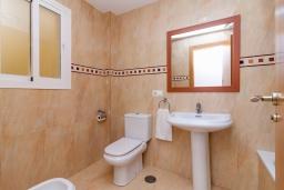 Ванная комната. Испания, Нерха : Прекрасный апартамент в 150 метрах от пляжа в комплексе с бассейном, с гостиной, двумя спальнями и балконом