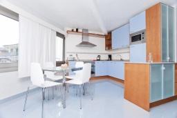 Кухня. Испания, Польенса : Потрясающая средиземноморская квартира с видом на море прямо напротив пляжа Порт-Полленса, 1 спальня, 2 ванные комнаты с душем, Wi-Fi.