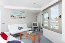 Гостиная / Столовая. Испания, Польенса : Потрясающая средиземноморская квартира с видом на море прямо напротив пляжа Порт-Полленса, 1 спальня, 2 ванные комнаты с душем, Wi-Fi.