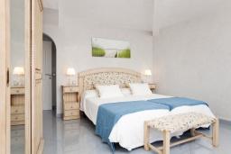 Спальня. Испания, Польенса : Потрясающая средиземноморская квартира с видом на море прямо напротив пляжа Порт-Полленса, 1 спальня, 2 ванные комнаты с душем, Wi-Fi.