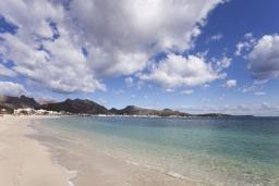 Вид на море. Испания, Польенса : Потрясающая средиземноморская квартира с видом на море прямо напротив пляжа Порт-Полленса, 1 спальня, 2 ванные комнаты с душем, Wi-Fi.