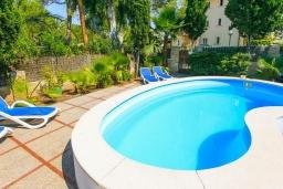 Бассейн. Испания, Алькудия : Отличная вилла со всеми удобствами и хорошей современной мебелью, с 4 спальнями, 2 ванными комнатами и собственным бассейном.