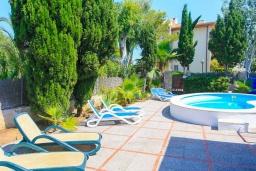 Зона отдыха у бассейна. Испания, Алькудия : Отличная вилла со всеми удобствами и хорошей современной мебелью, с 4 спальнями, 2 ванными комнатами и собственным бассейном.