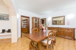 Обеденная зона. Испания, Алькудия : Отличная вилла со всеми удобствами и хорошей современной мебелью, с 4 спальнями, 2 ванными комнатами и собственным бассейном.