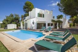 Вид на виллу/дом снаружи. Испания, Кала-д'Ор : Большая просторная вилла, идеальна для отдыха большой семьей или группой друзей, к услуга гостей 6 спален, 4 ванных комнаты и частный бассейн.