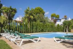 Зона отдыха у бассейна. Испания, Кала-д'Ор : Большая просторная вилла, идеальна для отдыха большой семьей или группой друзей, к услуга гостей 6 спален, 4 ванных комнаты и частный бассейн.