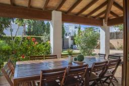 Терраса. Испания, Кала-д'Ор : Большая просторная вилла, идеальна для отдыха большой семьей или группой друзей, к услуга гостей 6 спален, 4 ванных комнаты и частный бассейн.