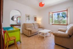 Гостиная / Столовая. Испания, Кала-д'Ор : Большая просторная вилла, идеальна для отдыха большой семьей или группой друзей, к услуга гостей 6 спален, 4 ванных комнаты и частный бассейн.