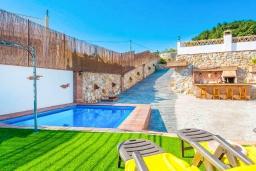Зона отдыха у бассейна. Испания, Торрокс : Небольшая комфортабельная вилла для двоих, 1 спальня, 1 ванная комната, частный бассейн, кондиционер, Wi-Fi.