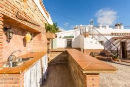 Зона барбекю / Мангал. Испания, Торрокс : Небольшая комфортабельная вилла для двоих, 1 спальня, 1 ванная комната, частный бассейн, кондиционер, Wi-Fi.