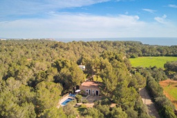 Вид на виллу/дом снаружи. Испания, Кала-д'Ор : Небольшая уединенная вилла с роскошным садом и частным бассейном, с 3 спальнями и 2 ванными комнатами, кондиционер, бесплатный Wi-Fi.