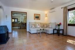 Гостиная / Столовая. Испания, Кала-д'Ор : Небольшая уединенная вилла с роскошным садом и частным бассейном, с 3 спальнями и 2 ванными комнатами, кондиционер, бесплатный Wi-Fi.