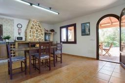 Кухня. Испания, Кала-д'Ор : Небольшая уединенная вилла с роскошным садом и частным бассейном, с 3 спальнями и 2 ванными комнатами, кондиционер, бесплатный Wi-Fi.