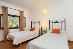 Спальня. Испания, Кала-д'Ор : Небольшая уединенная вилла с роскошным садом и частным бассейном, с 3 спальнями и 2 ванными комнатами, кондиционер, бесплатный Wi-Fi.
